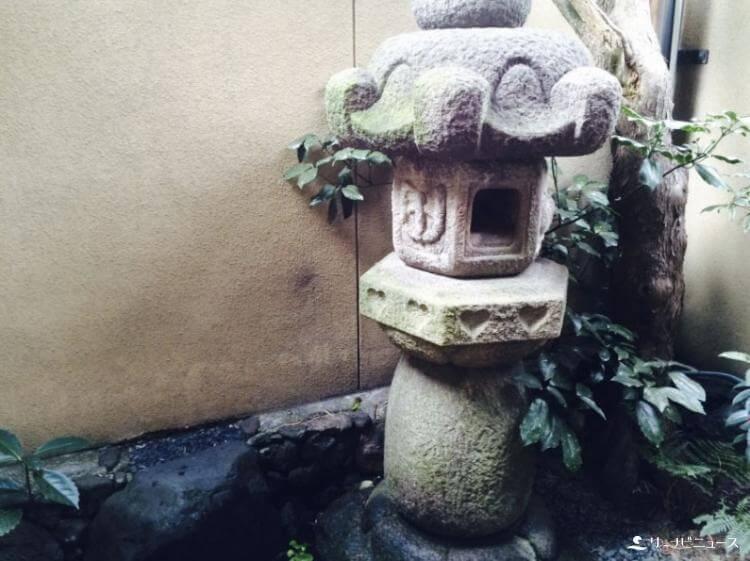 女湯側の石灯篭のかわいいハート模様