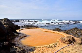 海と一体型の露天風呂「黄金崎不老ふ死温泉」