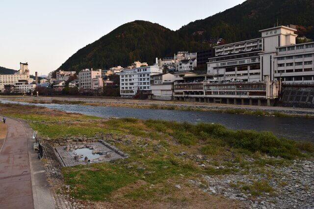 「下呂温泉」名物の「噴泉池」!河川敷のすごすぎる解放感!無料の混浴露天風呂【※水着着用】