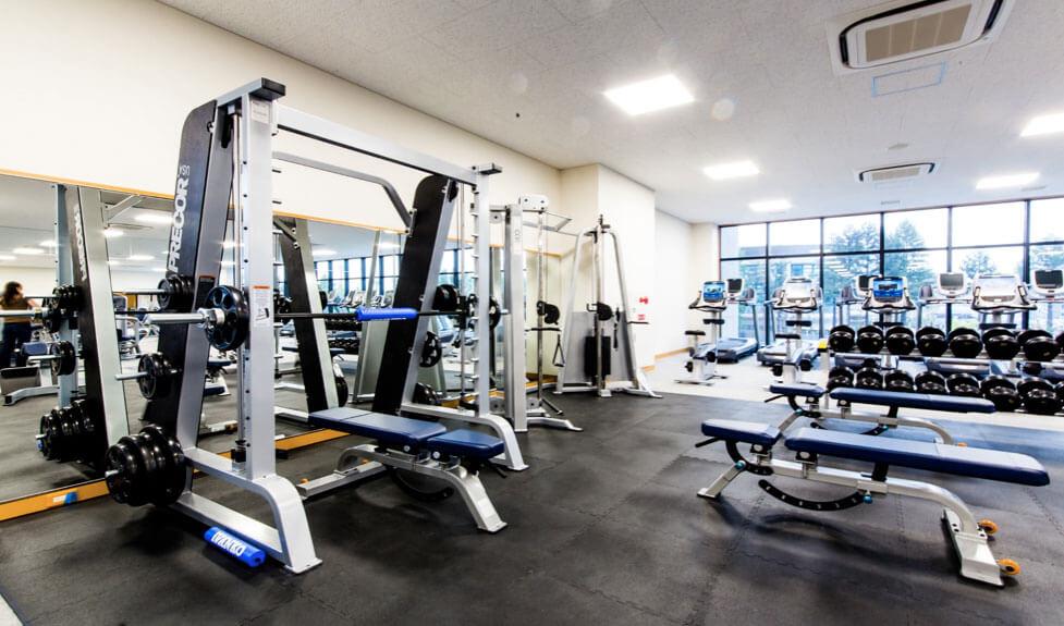 B-fitスポーツクラブ鶴見緑地のトレーニングマシーン