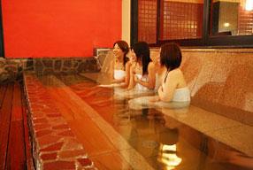 東香里湯元水春の露天風呂の腰掛湯