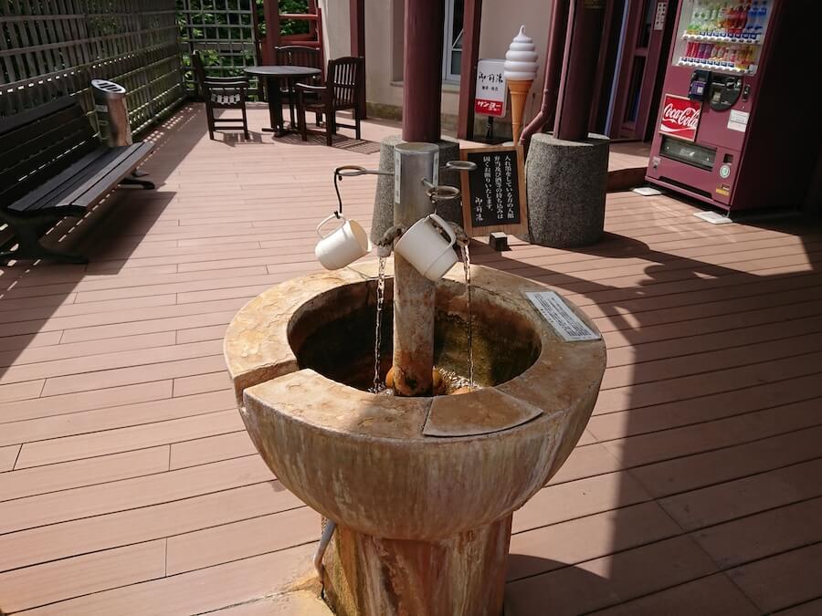 「御前湯」の飲泉場の様子