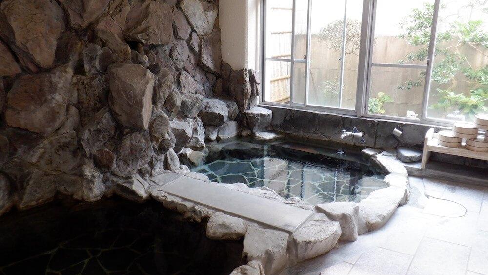 「嬉泉館」の内湯にある岩風呂
